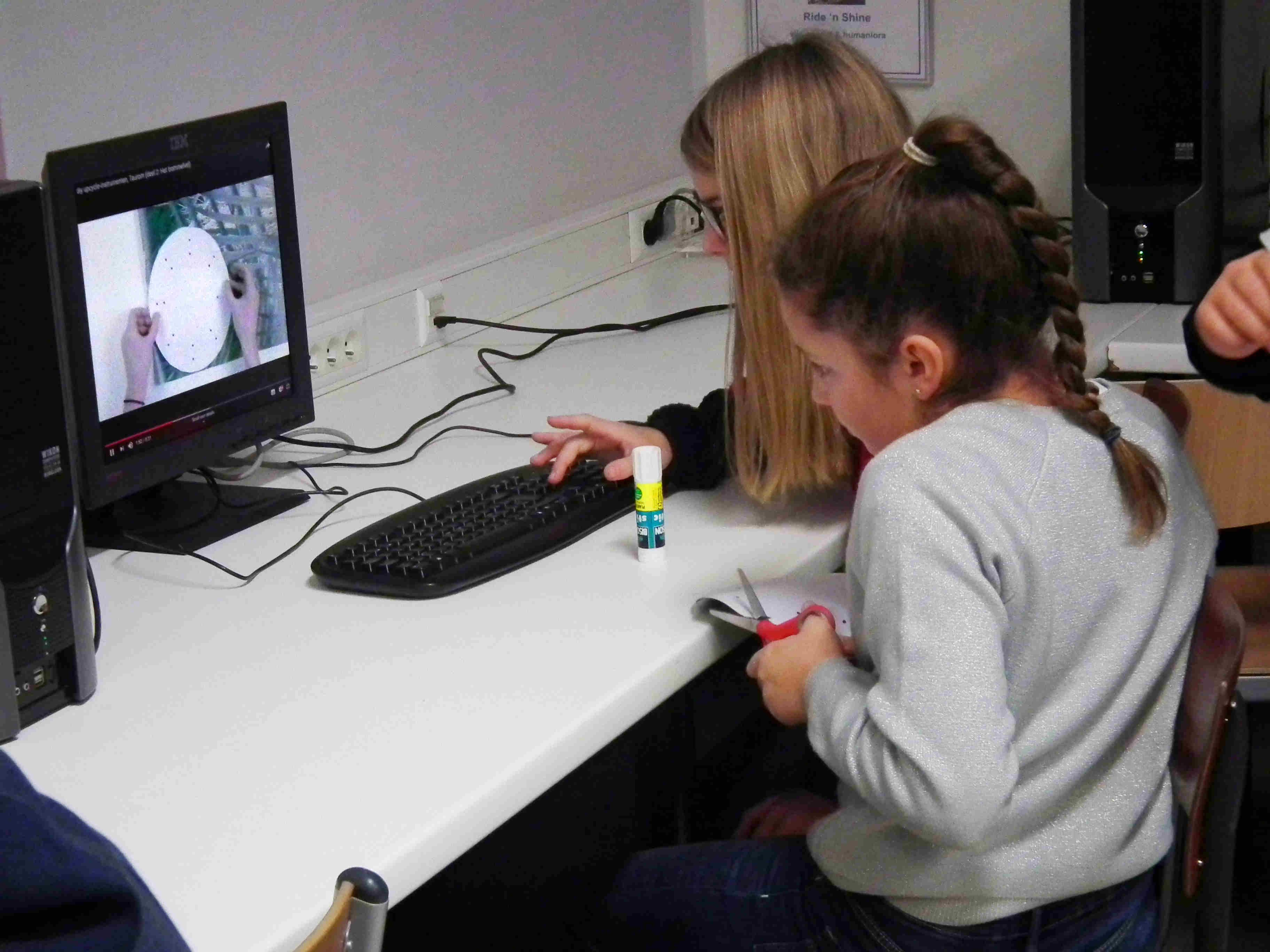 Via smartschool hebben leerlingen toegang tot de URL van de filmpjes. Bepaalde passages in de instructiefilmpjes worden best een tweede keer onder de loep genomen. Leerlingen bekijken in groepjes de beelden.